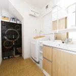 洗面所には造作棚でスペースを有効活用