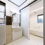 段差を極力少なくし、安全面を計らった洗面所と浴室