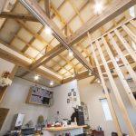 高い天井に柔らかな間接照明が心地良い