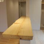 キッチンの向いには厚みのある桧の銘木カウンターを取付 手で何度も削って塗装をかけています