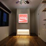 趣味部屋 お客さまのお気に入り看板を補修し取付  下部にある間接照明で落ち着いた雰囲気を出してくれます