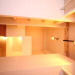 ロフト上部にも梁をつけて屋根裏部屋のような雰囲気をつくりだしています